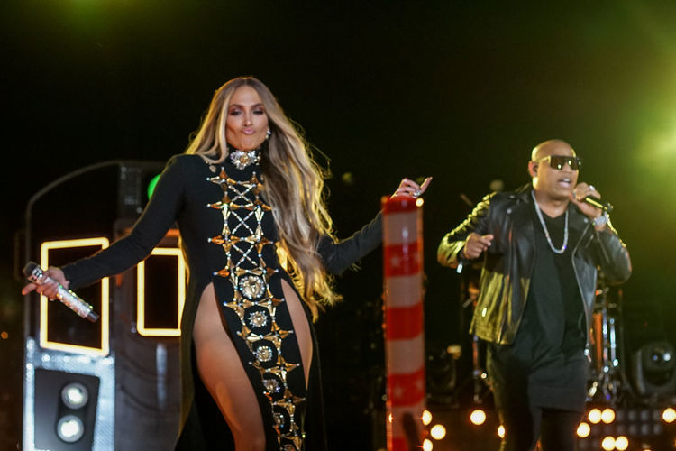 Jennifer Lopez pre-taping a performance for the 2017 Macy's Fourth of July Fireworks held in Long Island City, NY. Arts Arts Culture And Entertainment Blond Hair Celebrity Concert Costume Dancing Gente De Zona Instruments Jennifer Lopez Jlo Night Performance Performance Group Singer  Singing Smiling Standing Train