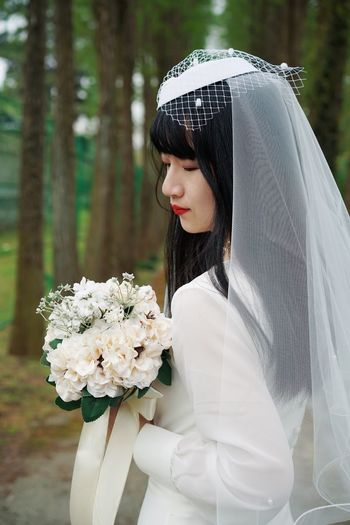 Portrait ThatsMe Wedding Dress Flower Young Adult One Person Plant Young Women Side View Focus On Foreground Bouquet Bride