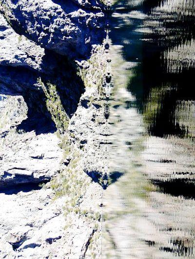 Foto en vertical de un embalse de agua dulce. La figura formada es asombrosa