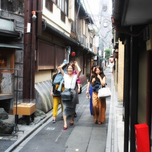 Here Come the Girls ... Streetphotography in Kyoto Gorgeous Girls Having Fun Real People Street Young Women EyeEm Best Shots EyeEm Selects