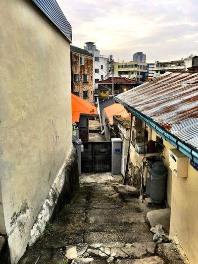 韓国 Korea Koreatown テジョン の 裏路地 Back-alley シリーズ10。車が通れる道から路地を見下ろすと、こんな感じ。この先に路地があるとは、なかなか考えつかない…下水とか上水道はどうしているのだろう?(;^_^A Stairs Architecture EyeEm Korea Streetphotography