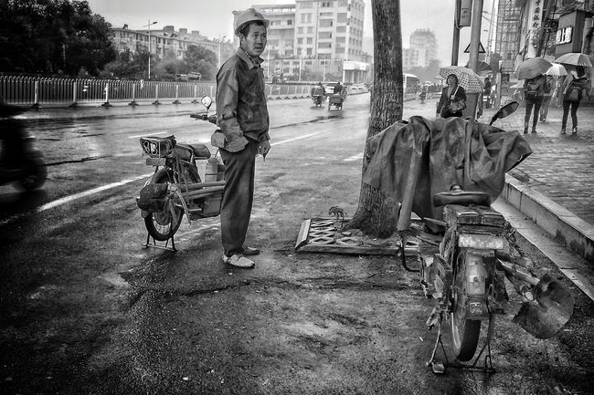 Streetphotography Black & White Street Workers Everyday Lives Faces Of EyeEm Faces Of The World Pastel I Love My City Mirrorless Everybodystreet Workers Light Up Your Life Workers