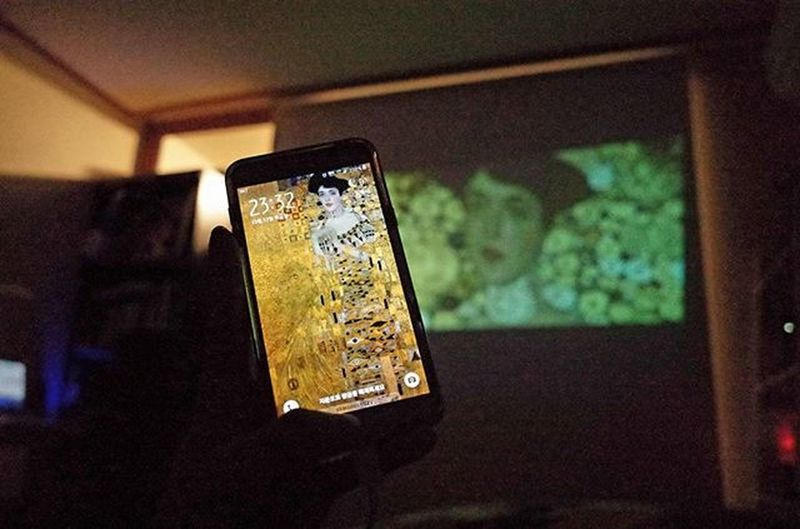 """좋아하던 화가 구스타프클림트의 그림에 관한 영화 """"우먼인골드"""" 클림트의 명화 보다는 빼앗긴 가족의 초상화를 되찾는 과정을 주제로 한다. 금과 여성을 사랑한 화가. 나도 그러하지만 그림 그리기엔 난 조금 늦은것 같구나.. Womaningold Ladyingold Gustavklimt Richo Gr2"""