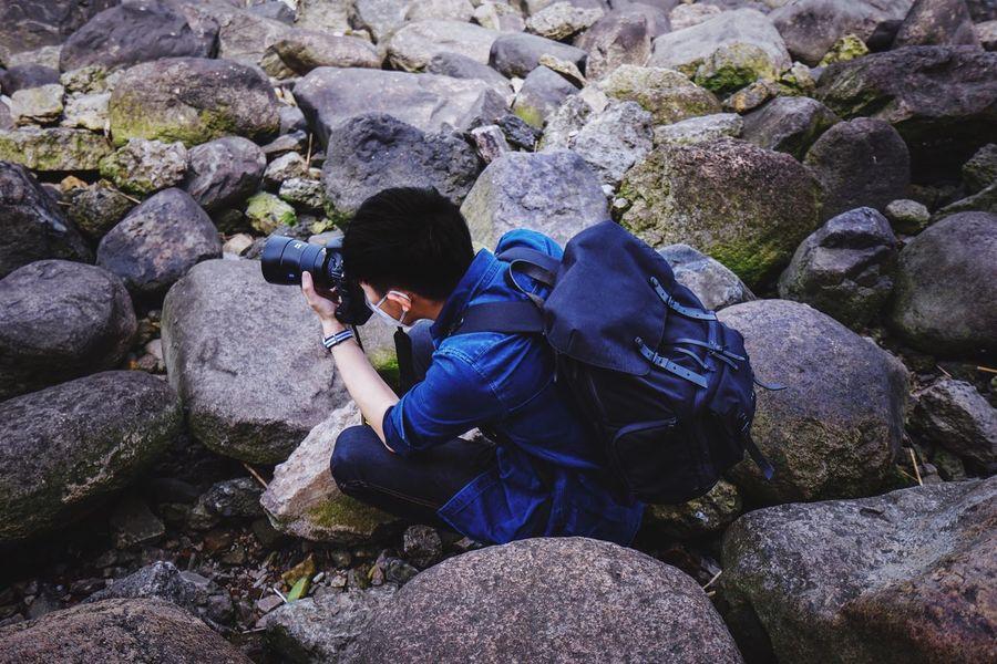 一个认真拍照的少年