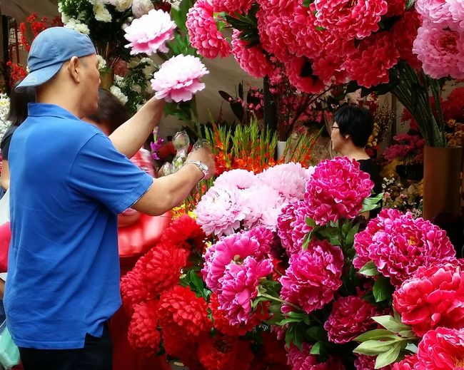 Big red flowers for sale Hands On Urban Life Streetphotography Street Life