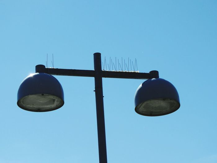 Bird Deterrent Wires on Lamp Post to prevent Seagulls Perching above the stalls at Helsinki Market