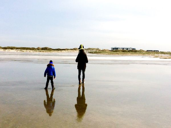 Beach Reflection Water Tranquility Walking Sea Tranquil Scene Nature Time To Relax Winter Coast Northsea Family Time Father And Son Fatherhood Moments Silhouettes Silouette & Sky Silence Beautiful Walking Around Beliebte Fotos Capture The Moment