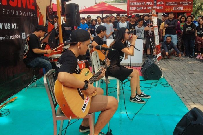 """IGNORE performc event """"One Blood One Love"""" follow instagram : @ignore_band @arekisme_ . Youtube : ignore chanel Surabaya City Photos Around You Hi! That's Me Onstagephotography Playing Guitar Liveperformance Live Music Subscribe To My Youtube Music Musicians Music Festival"""