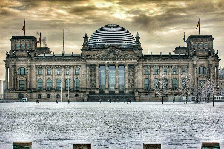 Deutscherbundestag Sunrise HDR Total_shot In Winter Reichstag Dem Deutschen Volke Clouds Field Sightseeing Architecture Sunlight Cloud Wide Angle Tranquil Scene EyeEm Built Structure