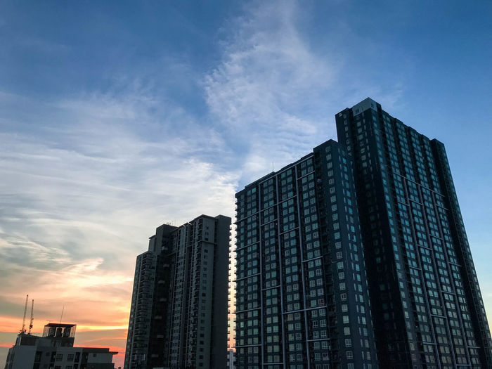 Apartments in low angle view when sunset 🏢 Apartment Architecture Blue Building Building Exterior Built Structure City Cloud - Sky Codominium. Low Angle View Modern No People Outdoors Sky Skyscraper Sunset Tall - High Tower Urban Skyline
