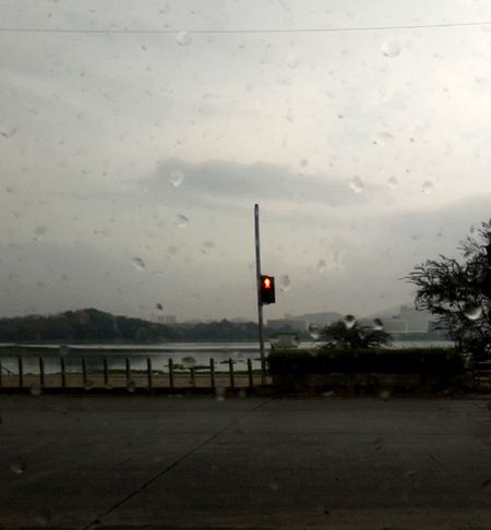 Rain..mumbai Indiapictures Taking Photos Mumbai Powai Traffic Signal Crossing The Street Funday