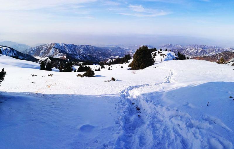 По пути к пику Букреева Hiking Trail Hiking Hikingadventures Weekend Activities Snow Cold Temperature Mountain Winter Landscape Nature Outdoors Beauty In Nature Mountain Range Day