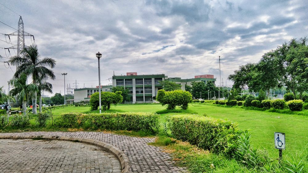 Oh boy! Was it the lush green garden or Was it the stark sky that made me fall in love with this paradise. Sky Lawn Cloudscape City Life Outdoors Delhiuniversity Collegelife Collegeday First Eyeem Photo