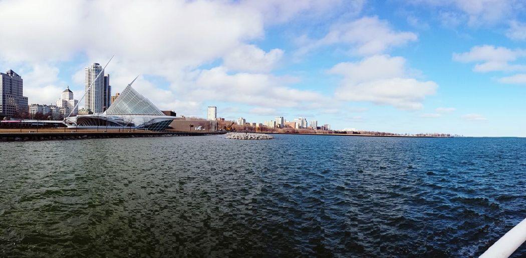 Milwaukee art museum and sea against sky