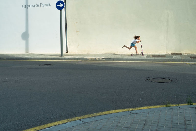 Barcelona Barcelona, Spain Children SPAIN Fuji Fujifilm Fujifilm_xseries One Person Outdoors Real People Road Street Street Photography Streetart Streetphoto_color Streetphotographer Streetphotography Transportation Xpro1