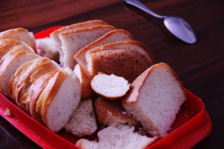 Куски хлеба и батона. хлеб батон кусков нарезать ложка A Lot Of Celebration Food Food And Drink Freshness Sweet Food Baked Bread No People Table
