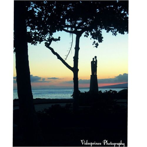 Silhouetted Lovers 👫 Photography By: @VideoPrince Islandlife Hawaii Oahuphotography Videoprince Luckywelivehi Cameralife Lovers Nature Photography Adventure Greatshot Photographer Oahu Amazing Beautiful Cameraready Cameralife Venturehawaii HiLife 808  Alohastate Sunset Statues Silhouette Beach sand islandlife