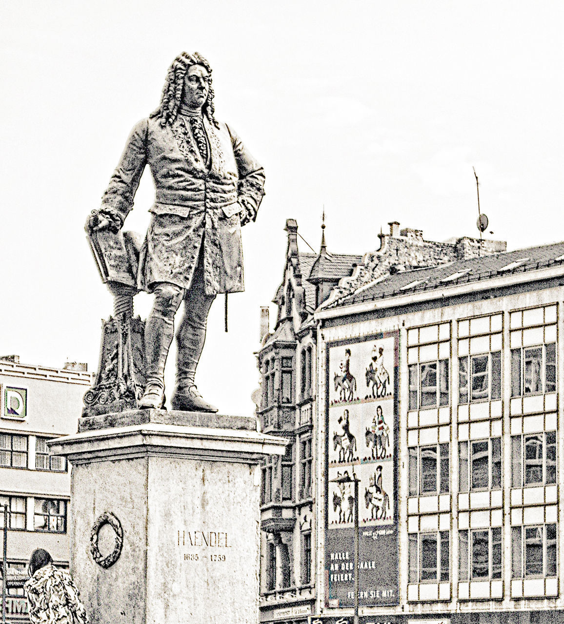 LOW ANGLE VIEW OF STATUE OF A BUILDING