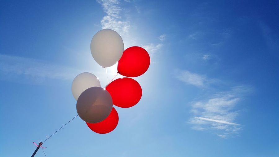 Living every day to the fullest, life is too short. School Fun Carnival Ballons Sky_collection Red White Tied Together Hello World Taking Photos Life Note 5 Simplicity Take Time To Look Take The Time Its The Little Things