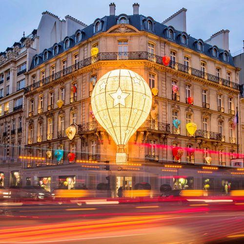 Dior Paris! Good Evening Paris! Blurred Motion Motion Speed Long Exposure Parisweloveyou Paris EyeEm Best Shots Paris ❤ Photooftheday City Life Dior Illuminated