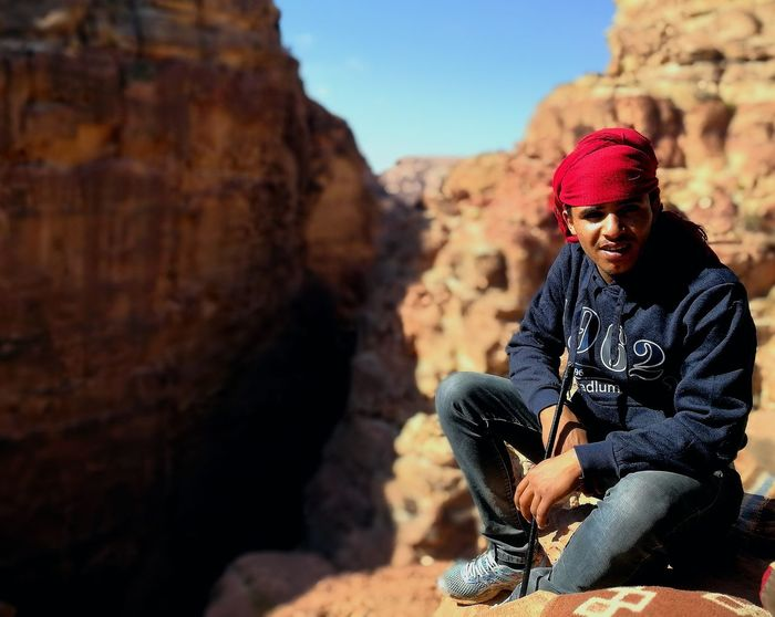 People One Man Only Sitting Young Adult One Person Travel Photography Travel Trekking Mountain Nature Petra Jordan Petra Travel Destinations Outdoors Adventure Jordanie Beduin Beduins Beduino