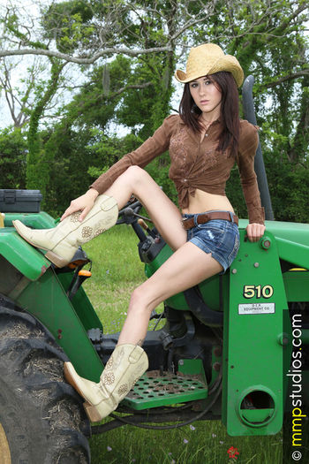 @followme @melvinmaya @mmpstudios_com Beautiful Boots Country Houston Houston Texas John Deere Texas Tractor Brunette Country Girl Cowboy Hat Cowgirl Model Outdoors People Photographer Photography Shorts