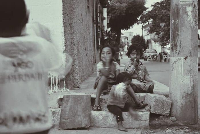 A veces la niñez se ve opacada por la responsabilidad, pero un niño siempre tiene tiempo para una sonrisa. Womam Photographer Photos Photostreet Photography Mexico Childhood Girl Boy Children Kid