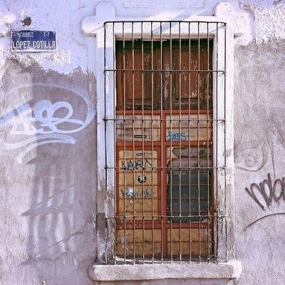 """"""" Atraves de la ventana, la libertad de un camino, yo puedo ver, mi pensamiento vuela libre en sueños, lejos de donde estoy"""" {Roberto Carlos} ________ Mobile_photographer IG_MEXICO Mexigers Igersguadalajara igers_mx tv_colors popyacolour p4p_ww webstagram fotografya filthyfacades rsa_doorsandwindows"""