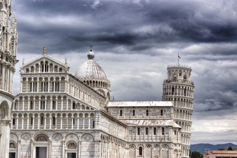Leaning tower of pisa and cathedral against cloudscape