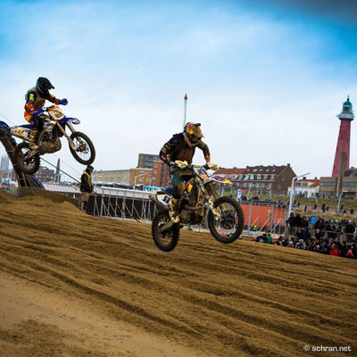 The final fight between Nathan Watson (GBR) & Axel van de Sande (BEL) at the #redbull #knockout 2016. Check out my latest story about @bustywolter giving the #toughest #beachrace on the planet a go: win.gs/1NdKaYG. It´s in German, but the #youtube #clip inside offers English subtitles, if you switch it on. Anyhow interesting as you see lot´s of #gopro time on track from Mr. Wolter trying to find a line through the other #mx riders. Enduro Moto X Race Point Beach, Cape Cod Red Bull Knock Out 2015