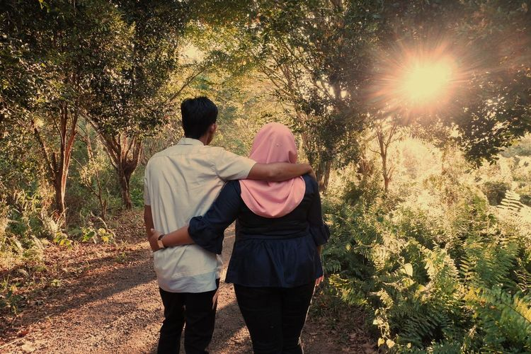 Togetherness Men Bonding Tree Women Standing Couple - Relationship Love Sunlight Friendship Falling In Love Romantic Activity Young Couple Romance