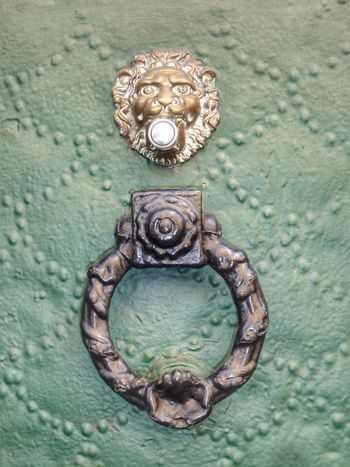 Knock knock Abstract Fine Art Knocker Knocking On Heaven's Door Check This Out Visitor EyeEm Of The Week Material Metallic Structure Messing EyeEm Gallery Structure Green Lion Ring The Bell