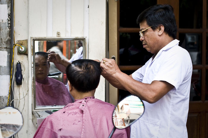 ASIA Barber Barbershop Beard Check This Out Eye4photography  EyeEm Best Shots First Eyeem Photo Haircut Hanging Out Lifestyles Men New Haircut Real People Sitting Street Haircut Street Photography Streetphotography Taking Photos Vietnam