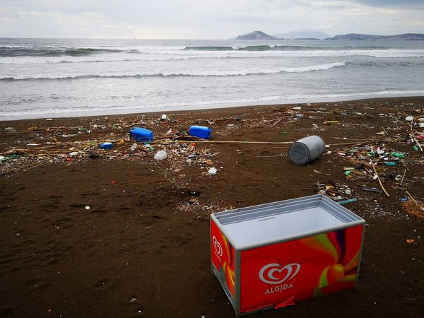 Plastica Rifiuti Inquinamento Water Sea Beach Sand Red Sky Horizon Over Water Close-up