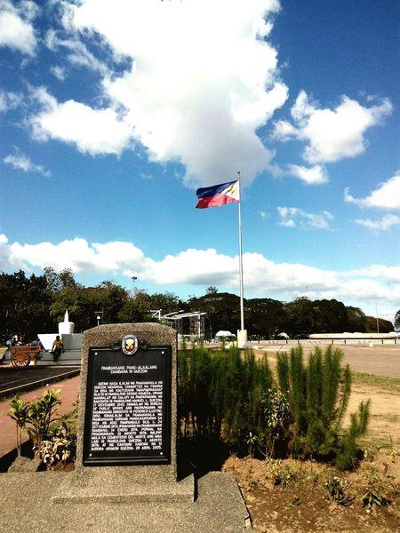 Dambanang pang alala ni Manuel Quezon.Quezonmemorialcircle Philippineflag Quezoncity Pilipinas