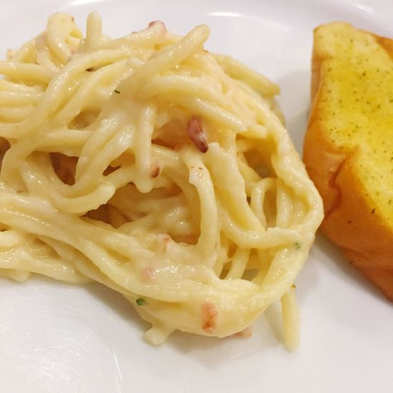 Food Food And Drink Ready-to-eat No People Freshness Close-up Indoors  Healthy Eating Pasta Noodles Carbonara White Sauce Bread Garlic Bread