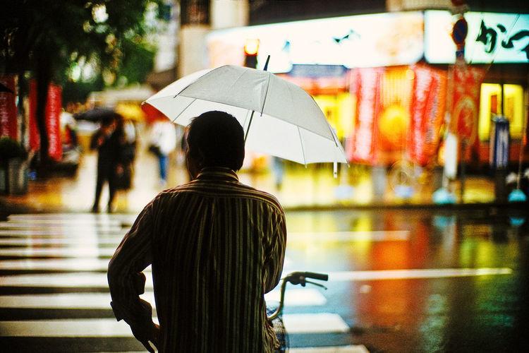 Man Backside Rain October Bokeh LeicaM7 Noctilux Nightphotography Night Lights