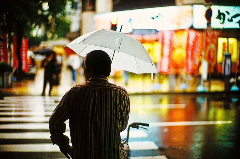 Man Backside Rain October Bokeh LeicaM7 Noctilux Nightphotography Night Lights