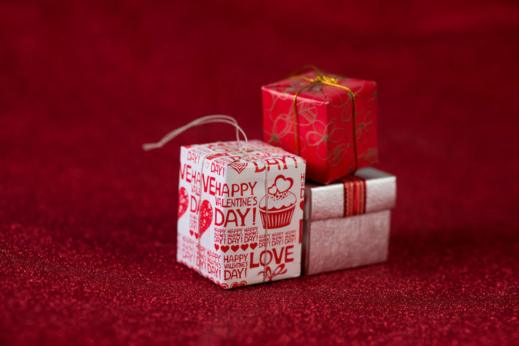 Red background image and gift box Valentine's Day concept Gift Christmas Red Background Box Gifts Present Holiday Boxes Ribbon View White Celebration Top Bow Presents Package Decoration Paper Birthday Valentine Surprise Space Copy Xmas Wrapped Flat Color Design Card Festive Lay Isolated New Anniversary Wrapping Happy Day Horizontal Square Year Wrap Object Season  Shiny Party Merry Above Giving