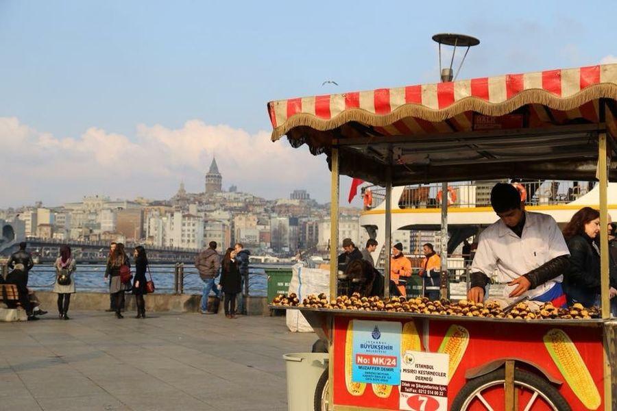 Eminönü/ İstanbul Cityscape Istanbuldayasam Istanbul Streetphotography People Galatakulesi Galata Tower Taking Photos Canon Canonphotography Canon 6D Canon 24-105 F4L City City Life Cityscapes