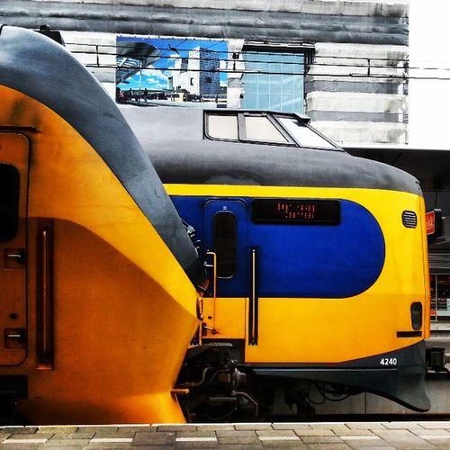 Een tweetal treinen. Machtige machines, prachtig ontwerp. On stil van te genieten :-) Trein Train Utrecht Centraal
