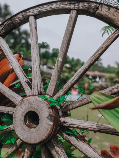 I think this wheel makes a good decoration. Decorations Resourcefulness HUAWEI P20 Photography Wagon Wheel Wheel Wood - Material Watermill Old-fashioned Close-up Abandoned