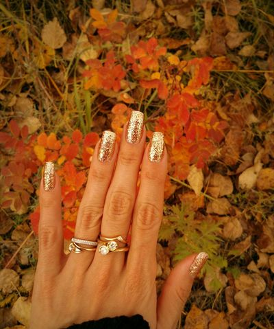 The hands were cold-bound & the skin became dry.Manicure & Rings. Manucure et Bagues . маникюр  и кольца. Nails Golden Autumn Manicure Golden Manicure Natural NAILS Glitter Trend Sparkling Shiny