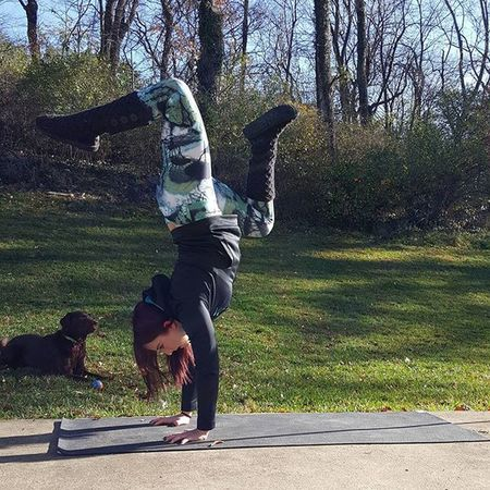 Sunday morning Handstand  practice and fetch with Mabel. 🐶💛 My kinda SundayFunday 😄 Yoga GetFit Getflexy Peace Yogi Yogagirl Asana Yogis Addictedtoyoga Igyogis Igyogafamily Yogajourney Iloveyoga Outdooryoga Iwillwhatiwant Inversions Inversionjunkie Exercise Workout Weightloss HealthCoach Inspire Motivate  igfit outdooryoga