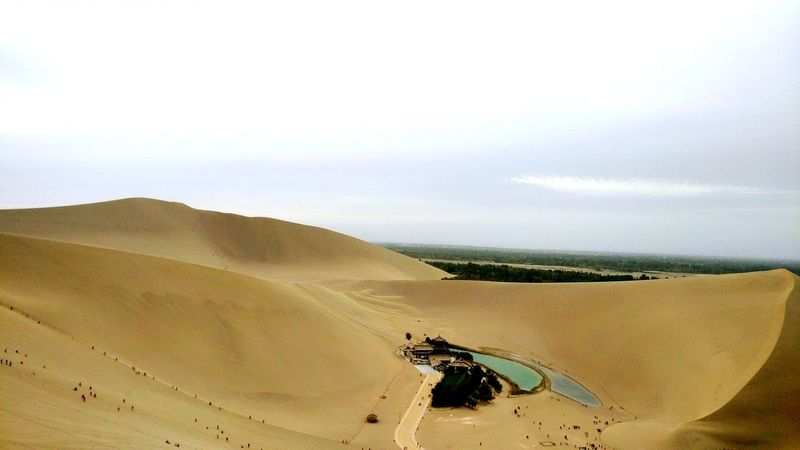 漫漫黄沙,一弯明月。 Desert Beauty In Nature