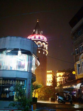 Galata de Noite em uma bela Tempestade Istanbul