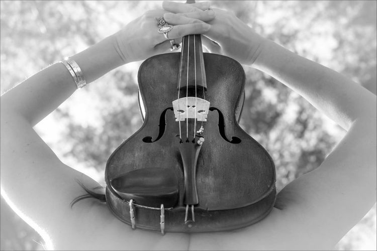 Music Arts Culture And Entertainment Musical Instrument Musical Instrument String Playing Guitar One Person Woodwind Instrument Close-up Day Real People Human Hand Outdoors People Fiddle Violin Violinist Music Musician Photographie