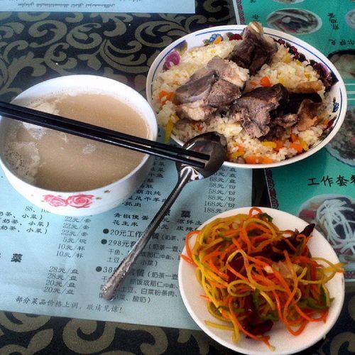 우루무치 카자흐스탄 영사관 근처 카자흐 식당에서 먹은 양고기덮밥. 티벳 야크버터차 몽골 수테체와 비슷한 카자흐식 밀크티인 나이차와 셋트메뉴, 22원.