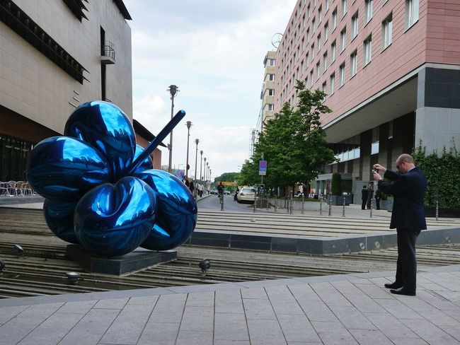 GERMANY🇩🇪DEUTSCHERLAND@ 2008 May Potsdamer Platz Jeff Koons Balloon Flower Shooting People Man Sculpture