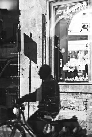 More on https://www.facebook.com/leccecomelacantoio/ Bnw Bnw_collection Bnw_captures Bnw_life Bnwphotography Blackandwhite Bycicle Lecce Lecce - Italia Leccecomelacantoio Lecce City Lecce B/w Lecce (Italia) Shadow Blackandwhite Photography Blackandwhitephotography Streetphotography Streetphoto_bw Streetphotography_bw Streetphotographer People People Watching Reflection